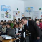 Profesorul Vasile Mihai se pregateste de expunere.